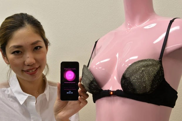 Empresa japonesa exibiu sutiã que só abre 'por amor' ou desejo sexual (Foto: Yoshikazu Tsuno/AFP)