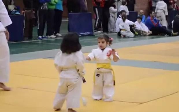Meninas viraram sensação na web após travarem luta de judô 'mais fofa do mundo' (Foto: Reprodução/YouTube/Afrand K)