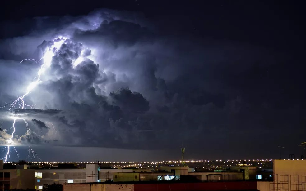 Fotografia de longa exposição de raios e tempestade no Distrito Federal (Foto: Felipe Bastos/Arquivo pessoal)