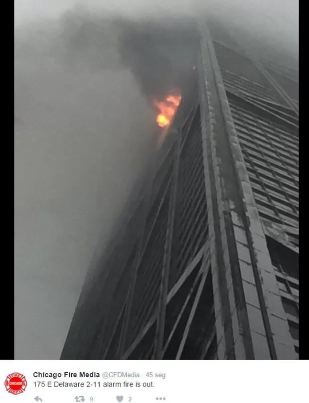 Incêndio atinge edifício em Chicago (Foto: Reprodução / Twitter)
