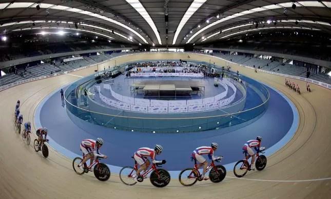 Ciclistas durante sessão de treinamento no velódromo de Londres, na Olimpíada de 2012
