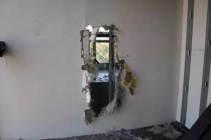 Bombeiros precisaram quebrar parente do elevador panorâmico de mirante em Salto (Foto: Divulgação)