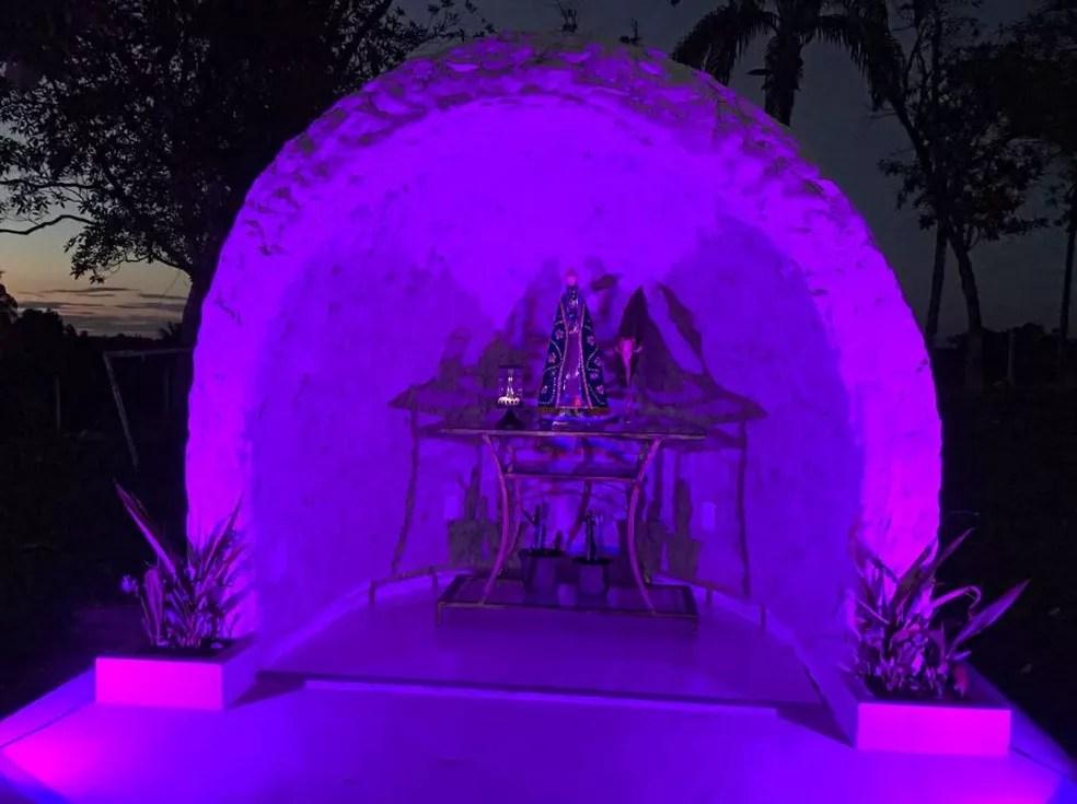 Empresária construiu gruta e a filha comprou a imagem da santa  (Foto: Suely Mapes/Arquivo pessoal )