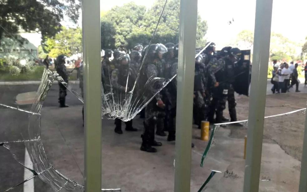 Vidro quebrado no Ministério da Fazenda, em Brasília, durante ato contra Michel Temer (Foto: Alexandro Martello/G1)