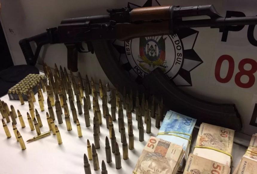 Armas, munições e dinheiro apreendidos na operação (Foto: Fábio Almeida/RBS TV)