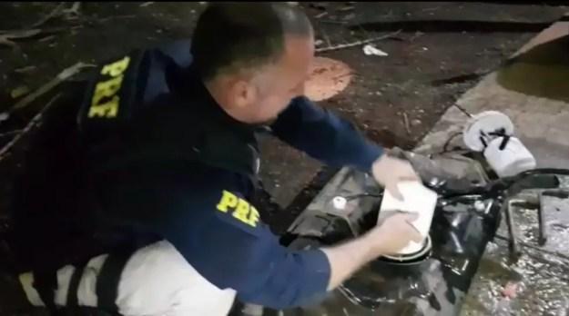 O motorista escondia a droga junto ao corpo e dentro do tanque de combustível, em Santa Terezinha de Itaipu — Foto: Divulgação/PRF