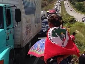 Trânsito ficou parado na rodovia por conta do protesto que bloqueia vários trechos na Paraíba (Foto: Walter Paparazzo/G1)
