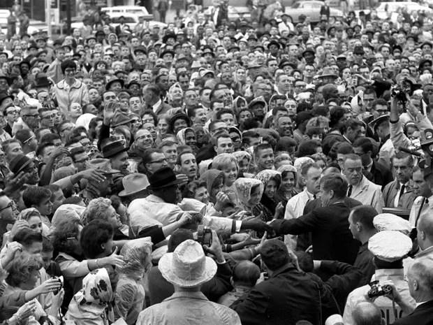 Kennedy é cercado por multidão em Fort Worth, no Texas, em 22 de novembro de 1963, dia de sua morte (Foto: Cecil Stoughton/The White House/John F. Kennedy Presidential Library/Reuters)