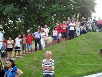 Público se aglomera no Cemitério Morada da Paz para ver chegada do caixão (Foto: Katherine Coutinho / G1)