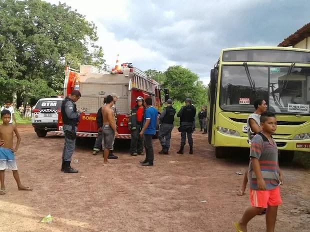 Combustão não acarretou prejuízo total porque populares e rodoviários conseguiram apagar as labaredas (Foto: Gláucea de Sena)