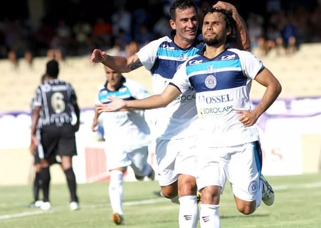 Helton Luiz ao lado de Tiago Tremonti, quando defenfiam o São Bento; ambos trabalharam com Diniz — Foto: Jesus Vicente / EC São Bento