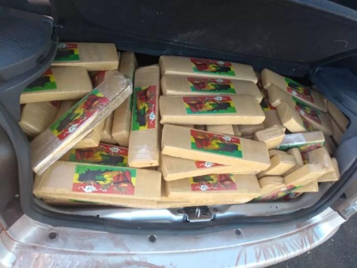 Motorista do carro foi preso por tráfico de drogas após apreensão de tabletes de maconha em Jales (SP) (Foto: Polícia Rodoviária/Divulgação)