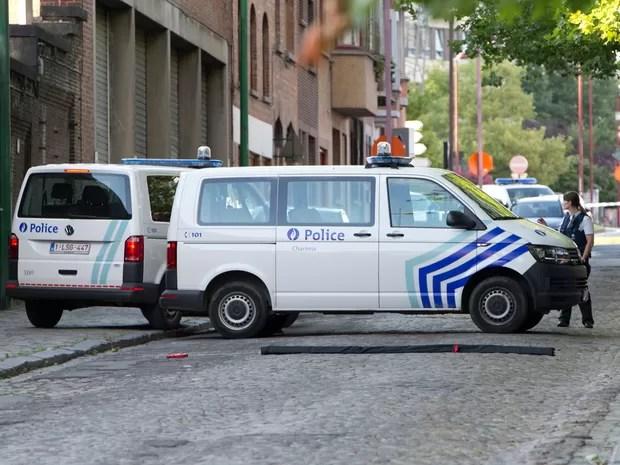 Viaturas isolam área próxima à sede do Departamento de Polícia em Charleroi, na Bélgica, no sábado (6) (Foto: AP Photo/Virginia Mayo)