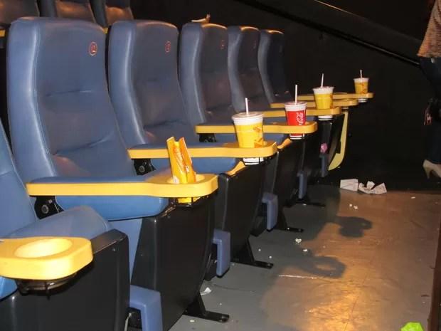Nas salas de cinema poucas pessoas recolhem os copos de refrigerente e os sacos de pipoca. (Foto: Fabiana De Mutiis/G1)