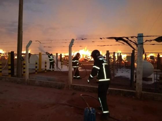 Incêndio em fábrica de algodão na Bahia (Foto: Corpo de Bombeiros da Bahia/Divulgação)