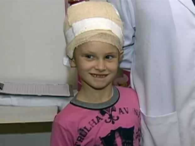 Menina precisa de ajuda para continuar tratamento (Foto: Reprodução/RBS TV)