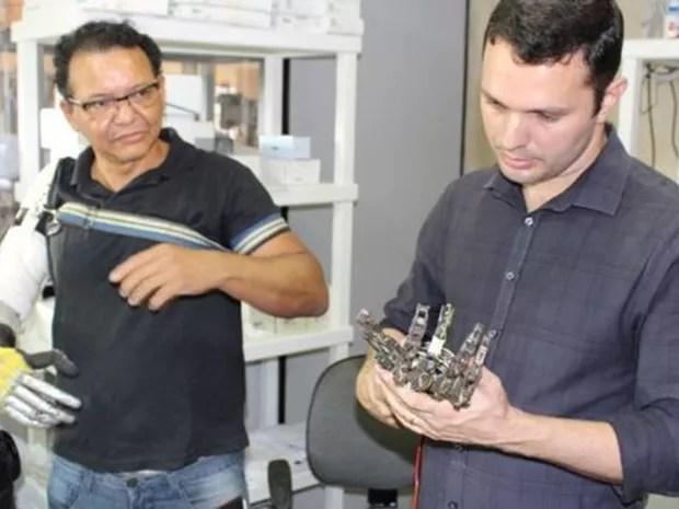Especialista em próteses se disse impressionado ao conhecer próteses feitas por Ari (Foto: Rafael Luis Azevedo/BBC)