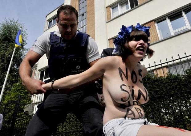 Em Bruxelas, ativistas foram detidas (Foto: AFP)