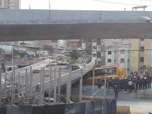Um viaduto desabou na tarde desta quinta-feira (3), na Avenida Pedro I, próximo à Lagoa do Nado, região da Pampulha, em Belo Horizonte (Foto: Raquel Freitas/G1)