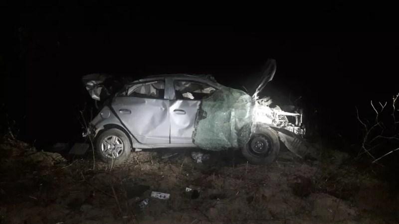 Carro ficou destruído após o capotamento (Foto: Polícia Militar/Divulgação)