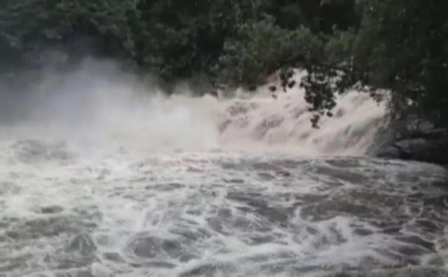 Cabeça d'água atinge cachoeira, em Peruíbe — Foto: G1 Santos