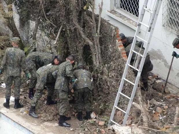 Pequenos destroços e fragmentos têm sido encontrados pela equipe de buscas (Foto: Roberto Strauss/G1)