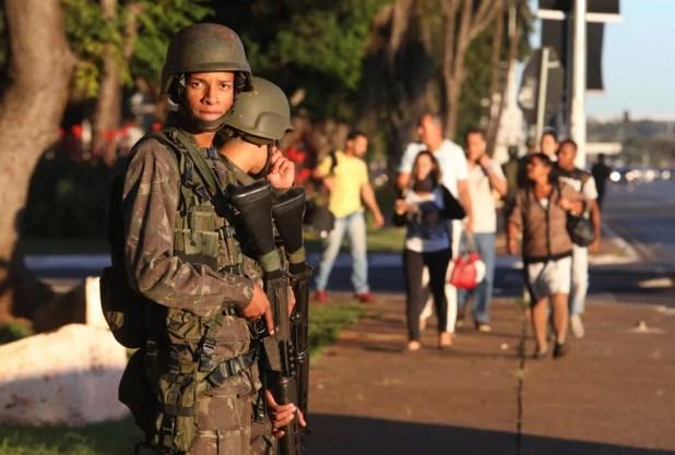 Soldados do Exército patrulham a Esplanada dos Ministérios, em Brasília, um dia após decreto do presidente Michel Temer autorizar o uso das Forças Armadas até 31 de maio em manifestações realizadas no Distrito Federal (Foto: Nilton Fukuda/Estadão Conteúdo)