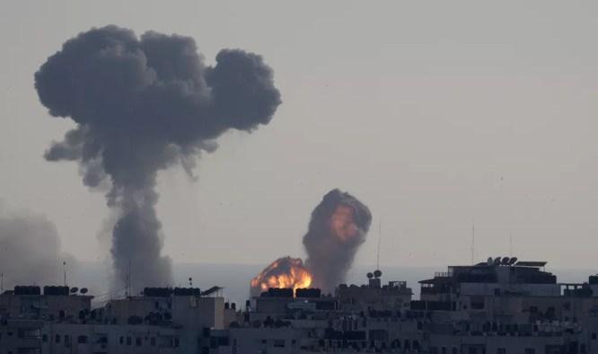 Ataque aéreo israelense atinge a Cidade de Gaza — Foto: AP/Hatem Moussa