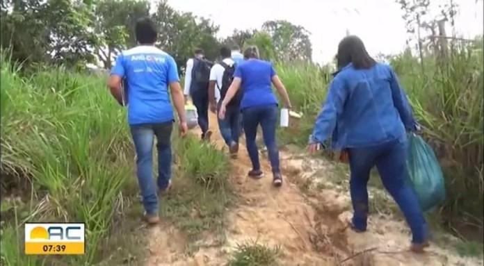 Equipes caminham longas distâncias para imunizar a população — Foto: Reprodução Rede Amazônica Acre
