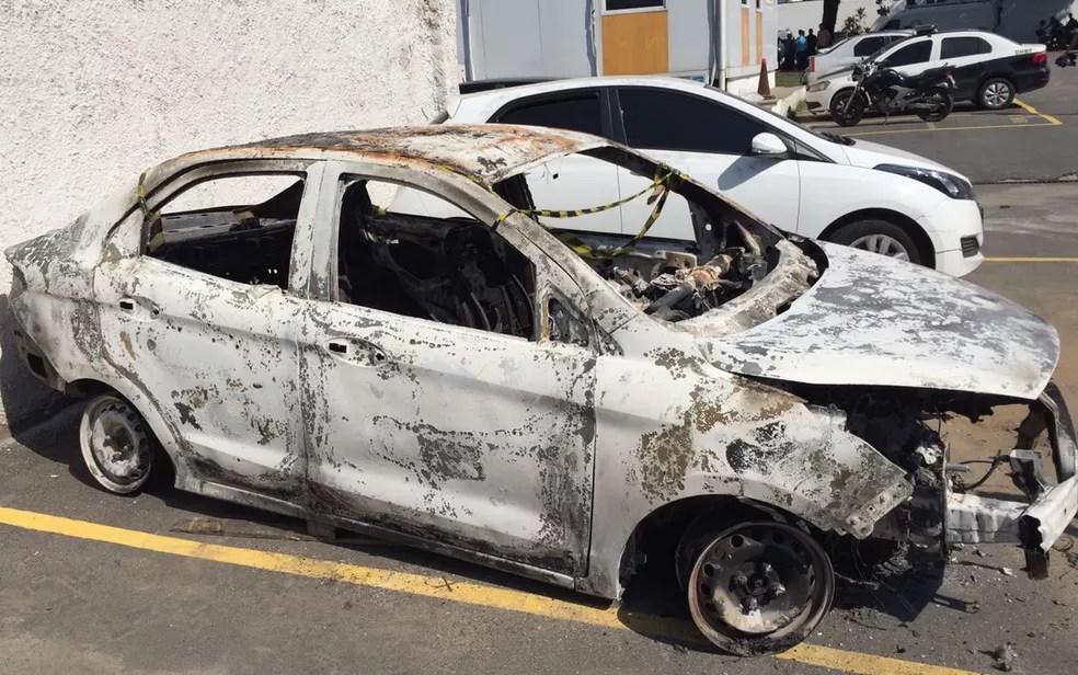 O carro alugado pelo embaixador foi encontrado incendiado e com um corpo em seu interior (Foto: Henrique Coelho/G1)