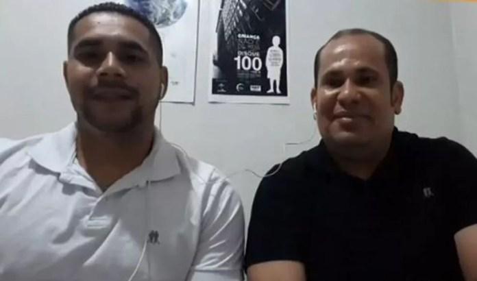 Antônio Carlos com o amigo que descobriu a farsa do trote. Um homem enganou o motorista cearense e fingiu ser irmão dele — Foto: Globo