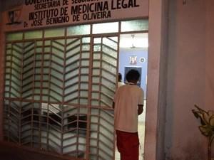 Líder indígena Macuxi na porta do Instituto Médico Legal após fazer exame de corpo de delito (Foto: Rodrigo Litaiff/G1 )