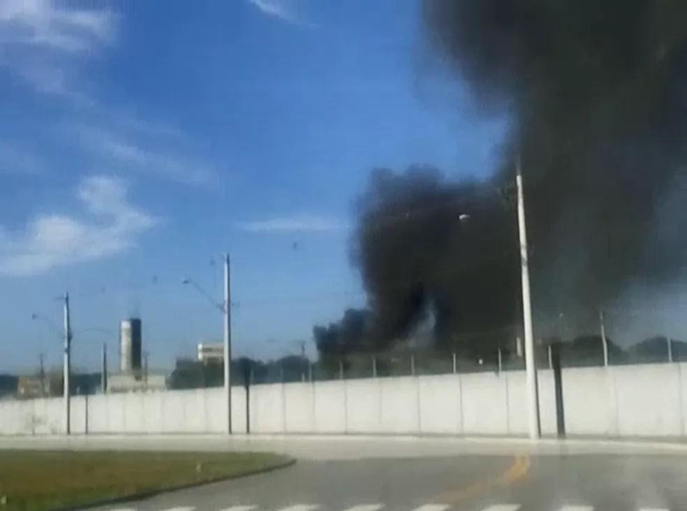 Fumaça escura é vista de fora do CDP (Foto: Edson Junior/Vanguarda Repórter)
