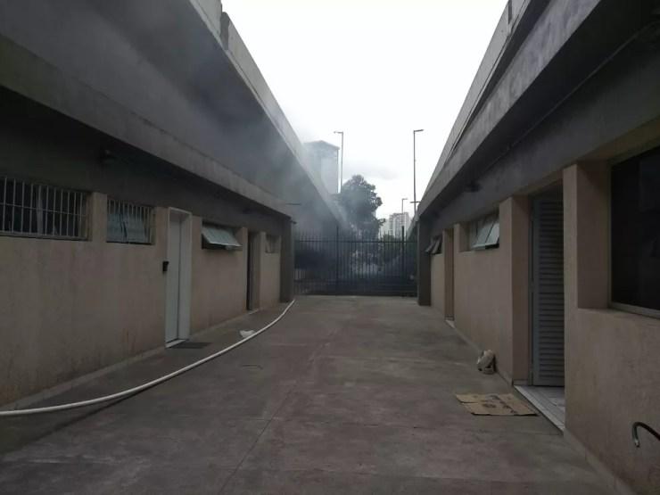 Bombeiros apagam fogo embaixo de Ponte Estaiada — Foto: Barbara Muniz/G1