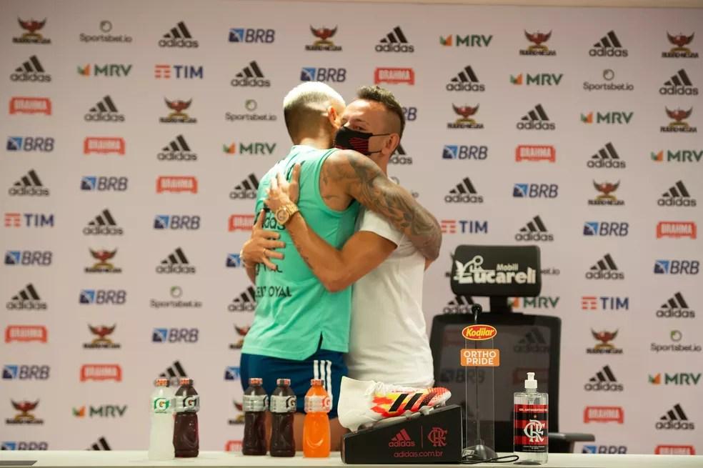 Gabigol abraça Rafinha em sua despedida — Foto: Alexandre Vidal/Flamengo
