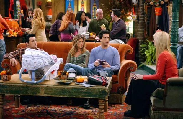 Personagens de Friends no sofá do Central Perk (Foto:  Warner Bros TV/Bright/Kauffman/Crane Pro / The Kobal Collection/ AFP)