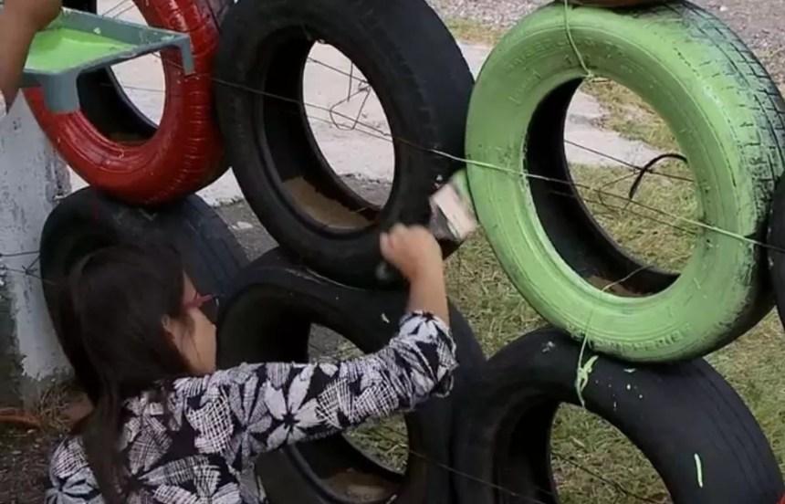 Professoras resolveram construir muros com pneus após roubo de cerca (Foto: Reprodução/RBS TV)
