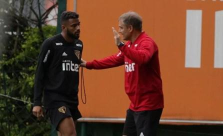 Diego Aguirre e Reinaldo em treino do São Paulo: técnico recebe críticas da torcida — Foto: Rubens Chiri / saopaulofc.net