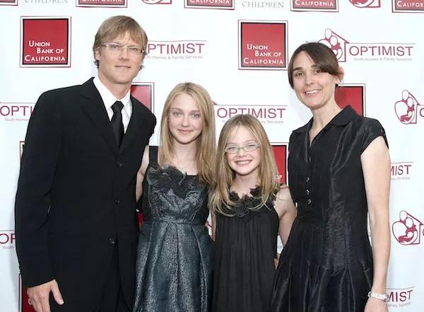 Dakota Fanning e Elle Fanning na companhia dos pais em um evento em 2008 (Foto: Getty Images)