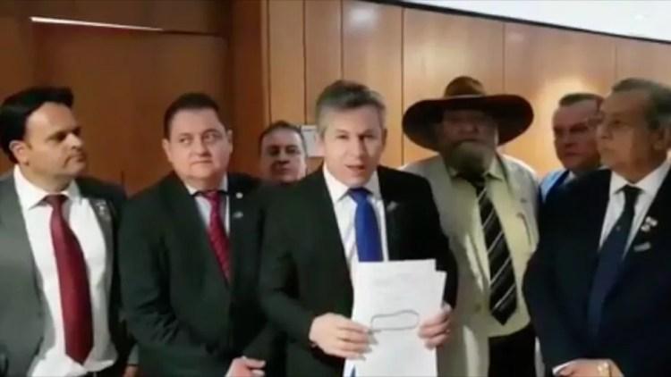 Mendes (DEM), governador de Mato Grosso (ao centro) — Foto: Reprodução