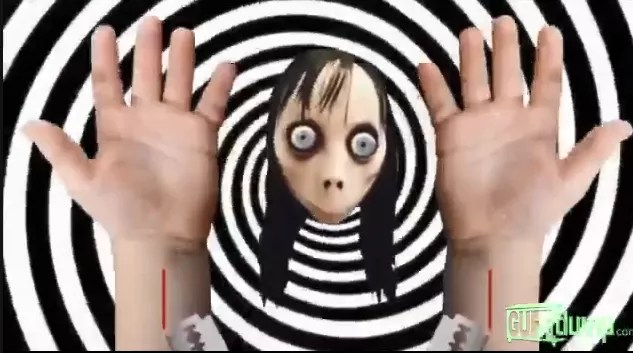 Numa das partes do vídeo, Momo instrui as crianças a pegarem objetos cortantes e cortar profundamente os pulsos (Foto: Reprodução YouTube)