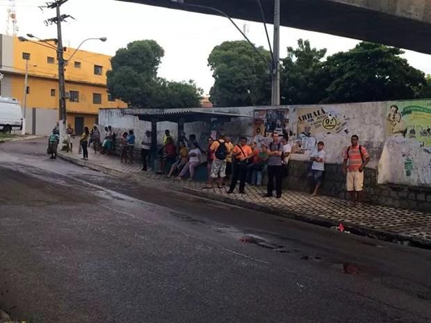 Natalenses lotam paradas de ônibus nesta quinta-feira (12) (Foto: Fernanda Zauli/G1)