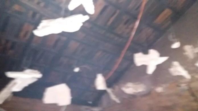 Forro de quarto desabou após incêndio — Foto: Divulgação