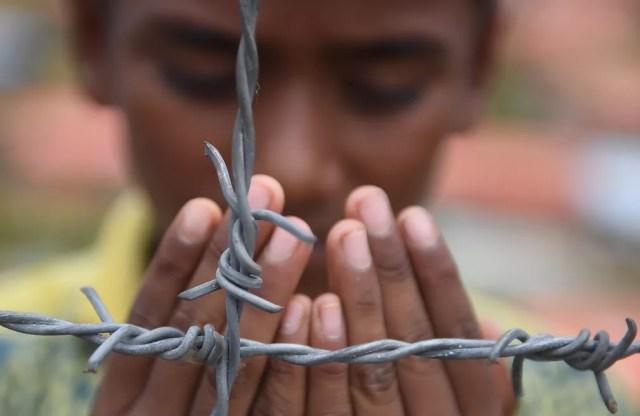 Refugiado rohingya faz oração neste sábado (25), no campo de refugiados de Kutupalong, em Bangladesh (Foto: Dibyangshu Sarkar / AFP)
