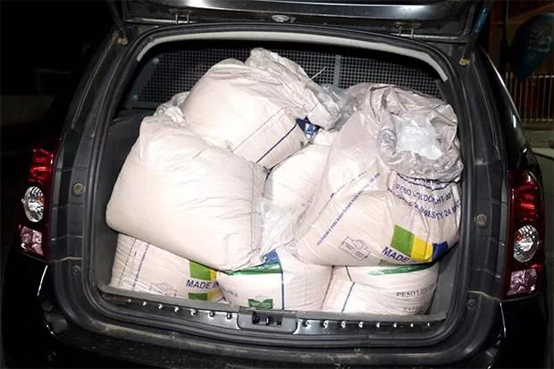 Polícia Civil encheu a mala de um carro para transportar toda a droga até a delegacia (Foto: Marcelino Neto/O Câmera)