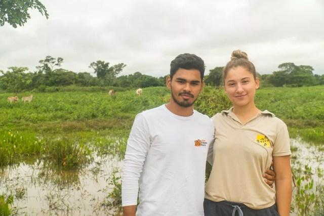 Do gado ao turista: João Paulo Arruda e Eduarda Amaral representam a terceira geração da família Arruda no negócio de passeios de observação de animais no Pantanal matogrossense — Foto: Eduardo Palacio/G1