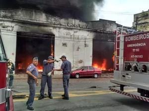 Bombeiros foram chamados para controlar as chamas (Foto: Alexandre Valdivia / TV Tribuna)
