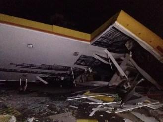 Chuva derrubou telhado de posto de combustível em Porto Alegre (Foto: Josmar Leite/RBS TV)