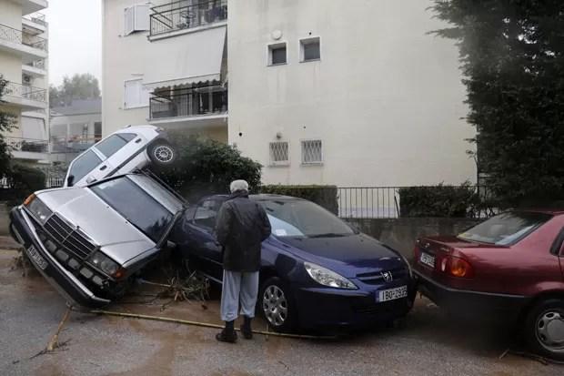 Após a enchente, carros ficaram empilhados no subúrbio de Atenas (Foto: John Kolesidis/Reuters)