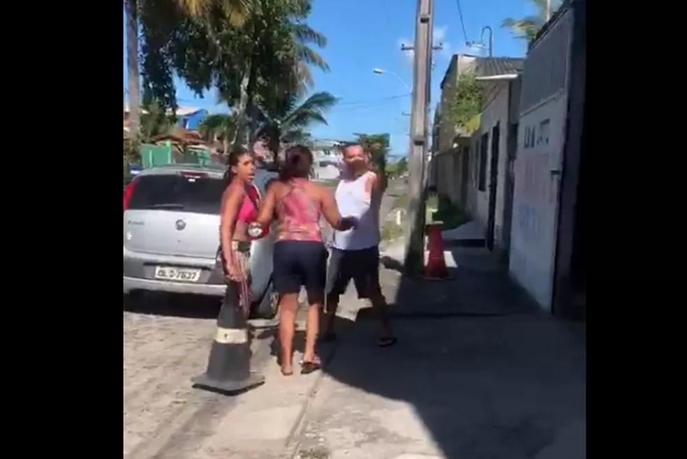 Vídeo gravado pela família mostra momento em que PM saca a arma e vai para cima de morador em Canavieiras, na Bahia — Foto: Reprodução/Redes sociais